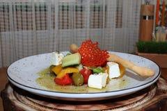 Griekse salade met kaasspaanders stock foto