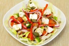 Griekse salade met kappertjes Stock Foto
