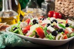 Griekse salade met verse groenten Royalty-vrije Stock Afbeeldingen