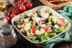 Griekse salade met verse groenten Stock Foto's