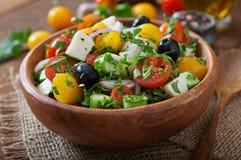 Griekse salade met verse groenten Stock Afbeeldingen