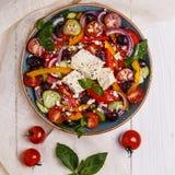 Griekse salade met verse groenten, feta-kaas, zwarte olijven Stock Foto's