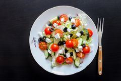 Griekse salade op donkere achtergrond stock afbeelding