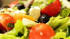 Griekse Salade op Plaat Dichte Omhooggaand stock fotografie