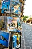 Griekse stadsstraat die voor kalenders winkelen Royalty-vrije Stock Afbeeldingen