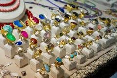 Griekse stijl kleurrijke met de hand gemaakte ringen op een markt stock foto