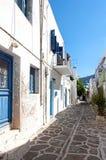 Griekse straat in Paros-eiland royalty-vrije stock afbeeldingen