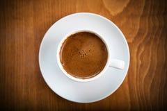 Griekse Turkse koffie die in een witte kop wordt gediend Stock Afbeeldingen