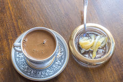 Griekse Turkse koffie met lepelsnoepje Royalty-vrije Stock Foto's