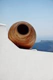 Griekse vaas op het witte huis Royalty-vrije Stock Afbeeldingen