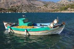 Griekse vissersboot met netto stock foto