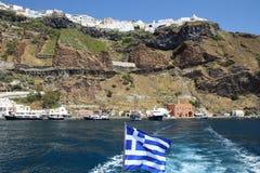 Griekse vlag met haven van Thira Fira en Thira op de bovenkant van Stock Foto's