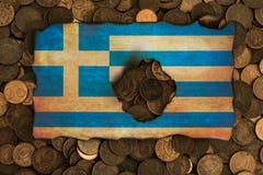 Griekse vlag op euro muntstukkenachtergrond Stock Fotografie