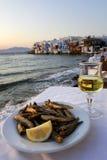 Griekse Voedsel en Wijn met Royalty-vrije Stock Foto's