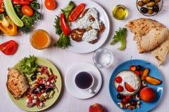 Griekse voorgerechten - fritters van courgette, Griekse salade, yoghurt stock foto's