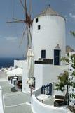 Griekse windmolen op klippenbovenkant Stock Foto