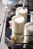 Griekse yoghurt in glaskruiken op een metaal uitstekend dienblad Royalty-vrije Stock Fotografie