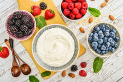 Griekse yoghurt in kom royalty-vrije stock foto's