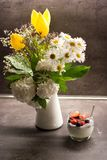 Griekse yoghurt met de zaden van kokosnotenchia en verse vruchten naast bloemen in de vaas stock fotografie