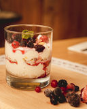 Griekse yoghurt met graangewas en jam Stock Foto
