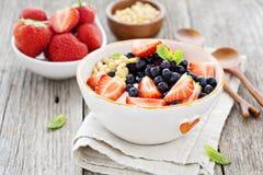 Griekse yoghurtkom met verse bessen en noten royalty-vrije stock foto