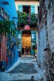 Griekse zijstraat in Alonissos stock foto