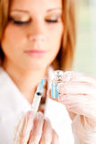 Griep: Klaar om Spuit met Vaccin te vullen Royalty-vrije Stock Fotografie