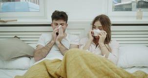 Grieptijd voor een jong paar die het slechte leggen op bed onder de deken voelen hebben zij een bed lopende neus stock footage