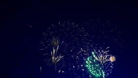 Grieta brillante de muchos fuegos artificiales en el cielo almacen de metraje de vídeo