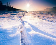 Grieta congelada soleada el Yukón Canadá del hielo del lago Tagish Foto de archivo