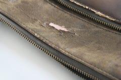 Grieta del daño marrón del bolso de la piel sintética debido al curso de la vida imagen de archivo libre de regalías