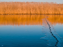 Grieta del hielo en un lago imagen de archivo libre de regalías