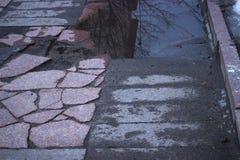 grieta en asfalto roto calle del asfalto imágenes de archivo libres de regalías