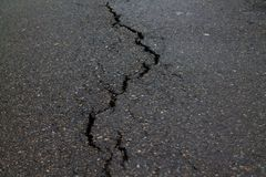 Grieta en el pavimento de camino imagen de archivo libre de regalías