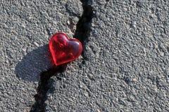 Grieta en el pavimento La grieta miente corazón del vidrio Fotografía de archivo libre de regalías