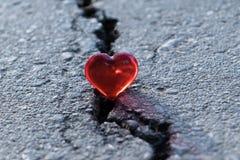 Grieta en el pavimento La grieta miente corazón del vidrio Foto de archivo libre de regalías
