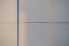 Grieta en la pared cerca de la ventana del apartamento Imagenes de archivo