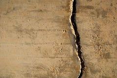 Grieta en muro de cemento Fotos de archivo