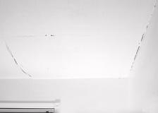 Grieta en techo y esquina con la pared fotografía de archivo libre de regalías