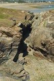 Grietas de la roca de la pizarra en la playa de las catedrales en Ribadeo 1 DE AGOSTO DE 2015 Geología, paisajes, viaje, vacacion imagen de archivo