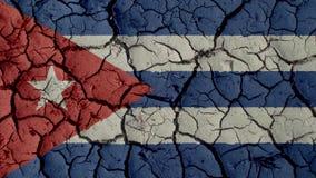 Grietas del fango con la bandera de Cuba imagenes de archivo
