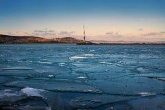 Grietas del hielo en el lago fotografía de archivo libre de regalías