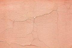 Grietas en el yeso rosado del cemento Foto de archivo