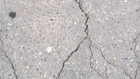 Grietas en la carretera de asfalto almacen de video