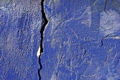 Grietas en la pared pintada Imagen de archivo libre de regalías