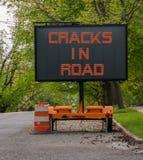 Grietas en señal de peligro del camino en el remolque debido al volcán Fotografía de archivo