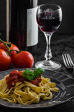 Grießteigwaren mit würziger Tomatensalsa, -knoblauch und -basilikum Stockfotos