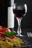 Grießteigwaren mit würziger Tomatensalsa, -knoblauch und -basilikum Lizenzfreies Stockfoto