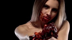 Griezelig meisje van Kaukasische verschijning met een bloedig gezicht, met het bloed van de saussamendrukking uit een menselijk h stock footage