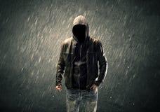 Griezelige anonieme kerel die zich in hoodie bevinden Royalty-vrije Stock Fotografie